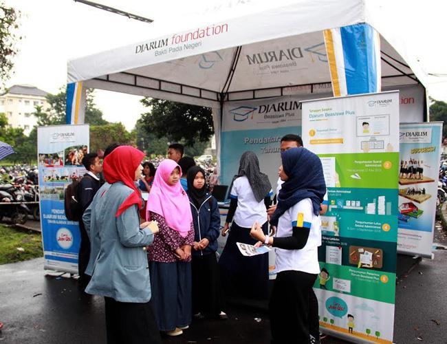 Stan informasi open booth dari Djarum yang memberikan informasi seputar beasiswa dan cara registrasi serta pendaftaran | Photo: Copyright Doc Vemale.com