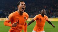 1. Virgil van Dijk - Bek andalan Liverpool ini menjadi ikon kebangkitan sepak bola Belanda. Dirinya musim ini berhasil meraih gelar Liga Champions dan menjadi pesepak bola terbaik Eropa. (AFP/John Macdougall)