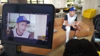 Pebalap Movistar, Valentino Rossi, saat diwawancarai MotoGP setelah mengalami cedera patah kaki, Kamis (7/9/2017). (Twitter/MotoGP)