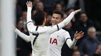 Gelandang Tottenham, Dele Alli, merayakan gol yang dicetaknya ke gawang Bournemouth pada laga Premier League di Stadion Tottenham, London, Sabtu (30/11). Tottenham menang 3-2 atas Bournemouth. (AFP/Adrian Dennis)
