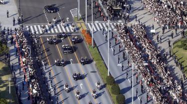 Ribuan warga menyaksikan parade Kaisar Naruhito dan Permaisuri Masako di Tokyo, Jepang, Minggu (10/11/2019). Diperkirakan sebanyak puluhan ribu warga memadati rute yang dilalui Kaisar Naruhito dan Permaisuri Masako. (Shinji Kita/Kyodo News via AP)