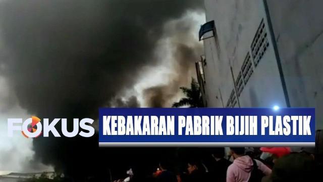 Bara api yang berterbangan mengenai tumpukan biji plastik di area dalam pabrik hingga menyulut kebakaran.