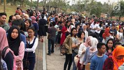 """Penonton mengantre saat akan menyaksikan konser """"Westlife-The Twenty Tour 2019"""" di ICE BSD, Tangerang, Banten, Selasa (6/8/2019). Konser ini akan berlangsung pada tanggal 6 dan 7 Agustus 2019. (Liputan6.com/Fery Pradolo)"""