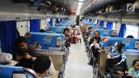 Sejumlah penumpang berada dalam kereta api di Stasiun Pasar Senen, Jakarta, Selasa (16/4). PT KAI Daop 1 Jakarta mengoperasikan 11 KA tambahan guna mengantisipasi melonjaknya penumpang pada libur panjang akhir pekan ini. (Liputan6.com/Herman Zakharia)