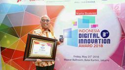 Dirut Bank DKI, Kresno Sediarsi menerima penghargaan Innovative Company in Digital Financial Services kategori Bank Pembangunan Daerah pada Indonesia Digital Innovative Awards 2018 di Jakarta,Jumat (25/05). (Liputan6.com/Pool/Budi)