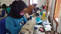 Sejumlah pengusaha UKM di bidang konveksi tengah sibuk memproduksi masker untuk memenuhi kebutuhan masyarakat ditengah pandemi covid-19. Foto (Liputan6.com / Panji Prayitno)