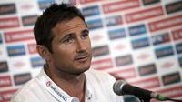 Frank Lampard berbicara saat konferensi pers jelang Euro 2012, London (29/5/2012). Lampard mengumumkan pengunduran dirinya sebagai pesepak bola lewat Instagram pribadinya pada Kamis (2/2/2017).(AFP PHOTO / ADRIAN DENNIS)