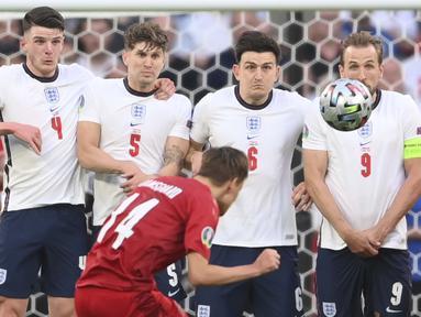 Pada menit ke-30 tendangan bebas yang didapatkan oleh Timnas Denmark tidak disia-siakan oleh Mikkel Damsgaard dan berhasil menjebol gawang Timnas Inggris. (Foto: AP/Pool/Laurence Griffiths)