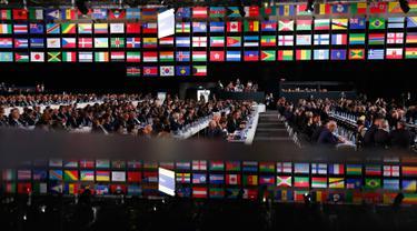 Delegasi menghadiri kongres FIFA di Moskow, Rusia, Rabu (13/6). Kongres ini beragendakan memilih tuan rumah untuk Piala Dunia 2026. (AP Photo/Alexander Zemlianichenko)