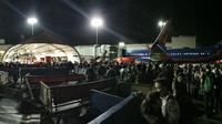 Suasana saat dilakukan evakuasi di Bandara Internasional Los Angeles (Twitter/Ross Greenberg)