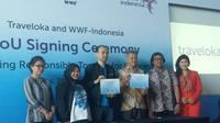 Para pejabat Traveloka dan WWF-Indonesia menunjukkan sertifikat kerjasama (dok Liputan6.com/Ossid Duha Jussas Salma)