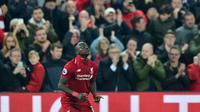 Selebrasi gol dari Sadio Mane yang mencetak dua gol ke gawang Watford pada laga lanjutan Premier League yang berlangsung di stadion Anfield, Liverpool, Kamis (28/2). Liverpool menang 5-0 atas Watford. (AFP/Anthony Devlin)