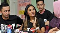 Shanty saat berdiskusi dengan ketua Komnas PA, Arist Merdeka Sirait, Jakarta, Kamis (2/7/2015).  Kasus Angeline menjadi momentum untuk mencetuskan kampanye 'Stop Kekerasan Pada Anak'. (Liputan6.com/Panji Diksana)