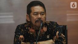 Jaksa Agung ST Burhanudin menyampaikan keterangan kepada wartawan usai melakukan pertemuan dengan pimpinan KPK di Gedung KPK, Jakarta, Jumat (8/11/2019). Pertemuan membahas sinergi dalam penanganan pemberantasan tindak korupsi antara KPK dan Kejaksaan Agung. (merdeka.com/Dwi Narwoko)