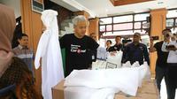 Gubernur Jawa Tengah, Ganjar Pranowo menunjukkan APD 'Baju Astronot' yang diproduksi RS Moewardi, Solo. (Foto: Liputan6.com/Pemprov Jateng/Felek Wahyu)
