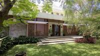 Halaman belakang bertema tropis di Pangkalan Jati House karya RAW Architecture. (dok. Arsitag.com/Dinny Mutiah))