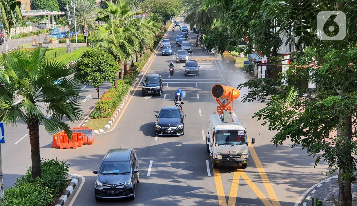 Sebuah mobil gunner spraying melakukan penyemprotan cairan disinfektan di kawasan Senayan, Jakarta, Senin (31/8/2020). PMI bersama TNI dan Polri melakukan penyemprotan sebagai upaya pencegahan COVID-19 yang menembus angka 1.094 kasus positif pada Minggu (30/8). (Liputan6.com/Fery Pradolo)