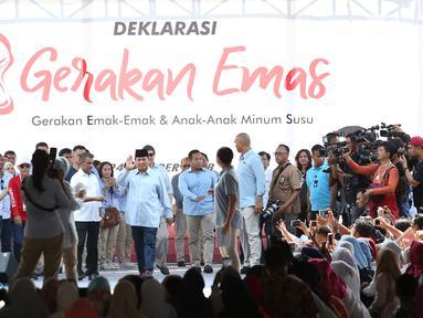 Capres nomor urut dua Prabowo Subianto menyapa emak-emak pada acara Deklarasi Emak-emak dan anak-anak minum susu (Gerakan Emas) di Lapangan stadion Perumnas Klender, Jakarta Timur,Rabu (24/10). (Merdeka.com/Imam Buhori)