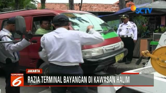 Petugas Dishub langsung membawa angkutan itu ke Kantor Sudin Perhubungan. Sementara, belasan kendaraan juga mendapat  sanksi tilang.
