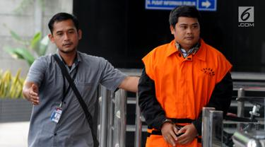 Tangan kanan mantan Bupati Labuhanbatu Pangonal Harahap, Umar Ritonga (kanan) tiba di Gedung KPK, Jakarta, Senin (29/7/2019). Umar Ritonga diperiksa sebagai tersangka terkait membawa lari uang Rp 500 juta dugaan suap proyek di lingkungan Pemda Labuhanbatu. (merdeka.com/Dwi Narwoko)