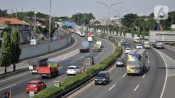 Sejumlah kendaraan melintasi ruas Tol Jagorawi, Jakarta, Rabu (22/4/2020). Mulai 24 April 2020, pemerintah akan memberikan sanksi bagi warga yang nekat keluar masuk wilayah Jabodetabek dan wilayah zona merah virus corona COVID-19. (merdeka.com/Iqbal S. Nugroho)