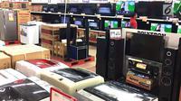 Pekerja merapikan barang elektronik yang dijual di pusat perbelanjaan di Jakarta, Rabu (5/9). Kenaikan harga barang elektronik karena produk ini sangat bergantung pada impor. (Liputan6.com/Immanuel Antonius)