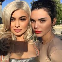 Kendall Jenner dan Kylie Jenner. (foto: Instagram/@kendalljenner).