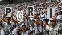 Ribuan guru dari sejumlah daerah menghadiri peringatan HUT Persatuan Guru Republik Indonesia (PGRI) ke-70 di SUGBK, Jakarta, Minggu (13/12/2015). Para guru kecewa karena Presiden jokowi tidak hadir di acara tersebut. (Liputan6.com/Johan Tallo)