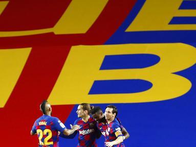 Para pemain Barcelona merayakan gol yang dicetak oleh Lionel Messi ke gawang Leganes pada laga La Liga di Stadion Camp Nou, Selasa (16/6/2020). Barcelona menang 2-0 atas Leganes. (AP Photo/Joan Montfort)