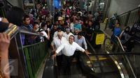 Anies Baswedan tersenyum saat menaiki eskalator saat mengunjungi Pasar Tanah Abang, Jakarta, Jumat (21/10). Dalam kunjungannya Anies Baswedan menyapa para pengunjung dan pedagang Pasar Tanah Abang. (Liputan6.com/Johan Tallo)
