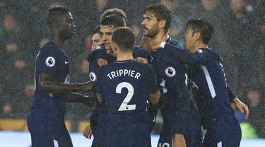 Para pemain Tottenham Hotspur merayakan gol Fernando Llorente (2kanan) saat melawan Swansea City pada lanjutan Premier League di The Liberty Stadium, Swansea, (2/1/2018). Tottenham menang 2-0. (AFP/Geoff Caddick)