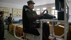 Siswa berlatih mengendarai simulator kendaraan militer di Sekolah Revolusioner Mangyongdae, 10 April 2018. Didirikan oleh pendiri Korea Utara, Kim Il Sung untuk mendidik anak-anak yatim piatu yang orangtuanya terbunuh dalam perang Jepang. (ED JONES/AFP)