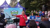 Direktur Utama PT Transjakarta Agung Wicaksono memperkenalkanBus Listrik Transjakarta kepada masyarakat di Car Free Day (CFD) Bundaran HI, Jakarta. (Liputan6.com/Putu Merta Surya Putra)