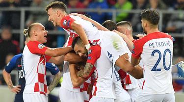 Para pemain Kroasia merayakan gol yang dicetak Ivan Perisic ke gawang Slowakia pada laga Kualifikasi Piala Eropa 2020 di Trnava, Jumat (6/9). Slowakia kalah 0-4 dari Kroasia. (AFP/Joe Klamar)