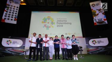 Ketua Umum INASGOC, Erick Thohir (kelima kiri) bersama COO Emtek Group, Sutanto Hartono (ketiga kanan) bergandengan tangan bersama jelang konferensi pers Official Broadcaster Asian Games 2018 di Jakarta, Kamis (8/2). (Liputan6.com/Helmi Fithriansyah)