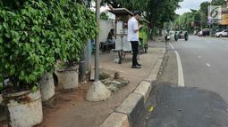 PKL berdagang di trotoar kawasan Kemang, Jakarta, Kamis (21/2). Pemprov DKI Jakarta berencana menata trotoar di kawasan Kemang, Jakarta Selatan, seperti trotoar di kawasan Jalan Sudirman dan Jalan MH Thamrin. (Liputan6.com/Herman Zakharia)