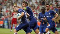 Para pemain Chelsea merayakan gol yang dicetak oleh Jorginho ke gawang Liverpool pada laga Piala Super Eropa 2019 di Stadion Vodafone Park, Istanbul, Rabu (4/8). Liverpool mengalahkan Chelsea lewat adu penalti dengan skor 5-4. (AP/STR)
