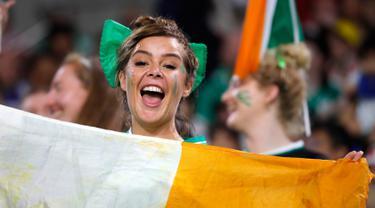 Suporter Irlandia saat menunggu dimulainya pertandingan antara Irlandia dengan Rusia pada Rugby World Cup 2019 di Stadion Kobe Misaki, Jepang, Kamis (3/10/2019). Rugby World Cup 2019 berlangsung pada 20 September  hingga 2 November. (AP Photo/Christophe Ena)
