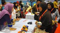 Warga berbincang mengenai KKS di Cibubur, Jakarta, Kamis (23/2). Keluarga kurang mampu yang menerima Bantuan Pangan Non Tunai dapat langsung menggunakan KKS untuk berbelanja bahan pokok di e-warung di lingkungan mereka. (Liputan6.com/Angga Yunair)