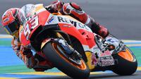 Juara dunia MotoGP musim lalu dari Honda Repsol, Marc Marquez, berada di peringkat kelima dengan catatan waktu 1 menit 32,493 detik pada kualifikasi MotoGP Prancis di Sirkuit Le Mans, Sarthe, Sabtu (20/5/2017). (AFP/Jean-Francois Monier)