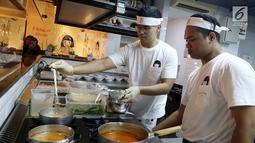 Chef membuat masakan ramen khas Jepang di rumah makan Yoisho Ramen, Jakarta Selatan. Masakan khas Jepang ini mengembangkan resep kuno dengan bahan lokal yang halal untuk dimakan. (Liputan6.com/Fery Pradolo)