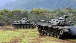 Tentara Taiwan membawa tank saat mengikuti latihan militer di Kabupaten Hualien, Taiwan timur, (30/1). Militer Taiwan memulai latihan gabungan dua hari untuk menunjukkan tekadnya untuk mempertahankan diri dari ancaman China. (AP Photo/Chiang Ying-ying)