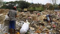 Pekerja saat memilah tumpukan sampah dari tempat penampungan sampah di Pasar Induk Kramat Jati, Jakarta, Kamis (5/11/2015). Dalam sehari Pasar Induk dapat menghasilkan 190 ton sampah. (Liputan6.com/Yoppy Renato)