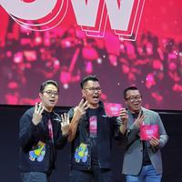 Chief Brand Officer Smartfren Roberto Saputra, Deputy CEO Smartfren Djoko Tata Ibrahim, dan Indra Yudhistira Direktur PT. Visual Indomedia Produksi, dalam peluncuran Smartfren WOW Concert 2020. (Smartfren)
