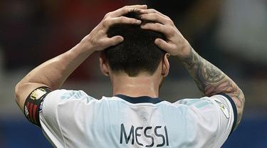 Gelandang Argentina, Lionel Messi, tampak kecewa gagal membobol gawang Kolombia pada laga Copa America 2019 di Stadion Fonte Nova, Salvador, (Sabtu (15/6). Argentina kalah 0-2 dari Kolombia. (AFP/Juan Mabromata)