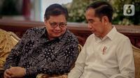 Presiden Joko Widodo berbincang dengan Menko Perekonomian Airlangga Hartarto saat rapat kerja Kementerian Perdagangan 2020 di Istana Negara, Rabu (4/3/2020). Jokowi meminta dalam raker ini dapat mempercepat prosedur-prosedur yang sebelumnya sangat lama dan berbelit-belit (Liputan6.com/Faizal Fanani)