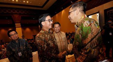 Ferry Mursyidan Baldan dan Lukman Hakim berjabat tangan saat menghadiri acara Konferensi Nasional Pemberantasan Korupsi 2014, Jakarta, Selasa (2/12/2014). (Liputan6.com/Miftahul Hayat)