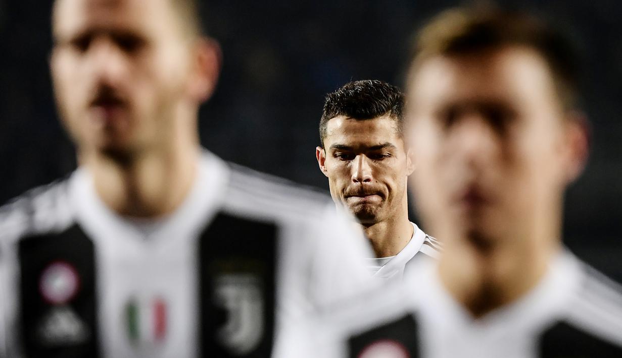 Striker Juventus, Cristiano Ronaldo, tampak kecewa usai ditahan Atalanta pada laga Serie A di Stadion Atleti Azzurri, Rabu (26/12). Kedua tim bermain imbang 2-2. (AFP/Marco Bertorello)