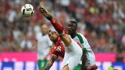 Pemain Bayern Munchen, Arturo Vidal, membuang bola dari kejaran pemain Werder Bremen dalam laga Bundesliga di Allianz Arena, Munchen, Sabtu (27/8/2016) dini hari WIB. (AFP/Christof Stache)