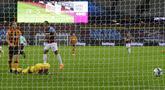 Pemain West Ham United Sebastien Haller (tengah) mencetak gol ke gawang Hull City pada pertandingan Piala Liga Inggris di London Stadium, London, Inggris, Selasa (22/9/2020). West Ham United mengalahkan Hull City 5-1. (AP Photo/Alastair Grant, Pool)